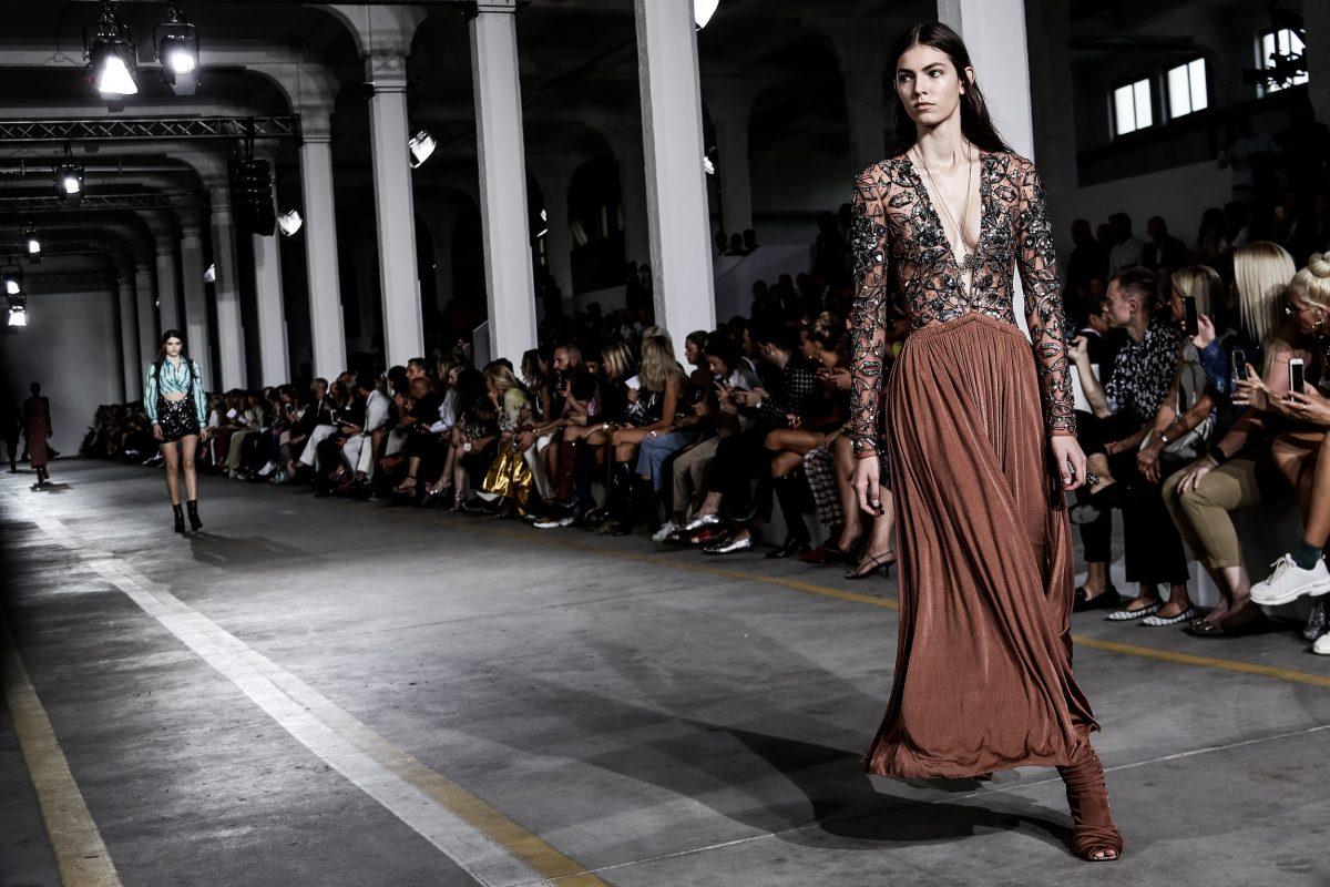 La sfilata Roberto Cavalli durante la Fashion Week primavera estate 2019 di  Milano. e2fb07e6079