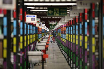 corridoio di magazzino Amazon