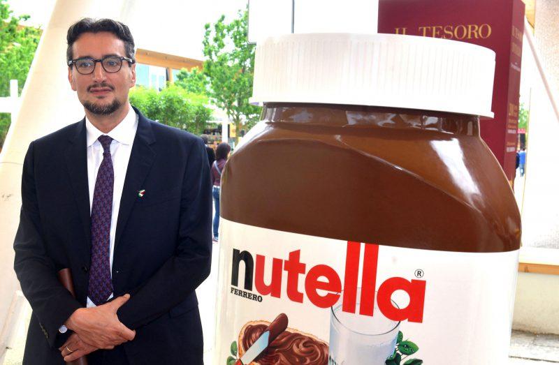 Giovanni Ferrero di fianco al barattolone Nutella