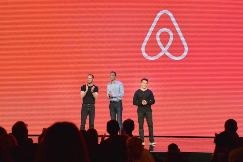 I tre fondatori di Airbnb sul palco