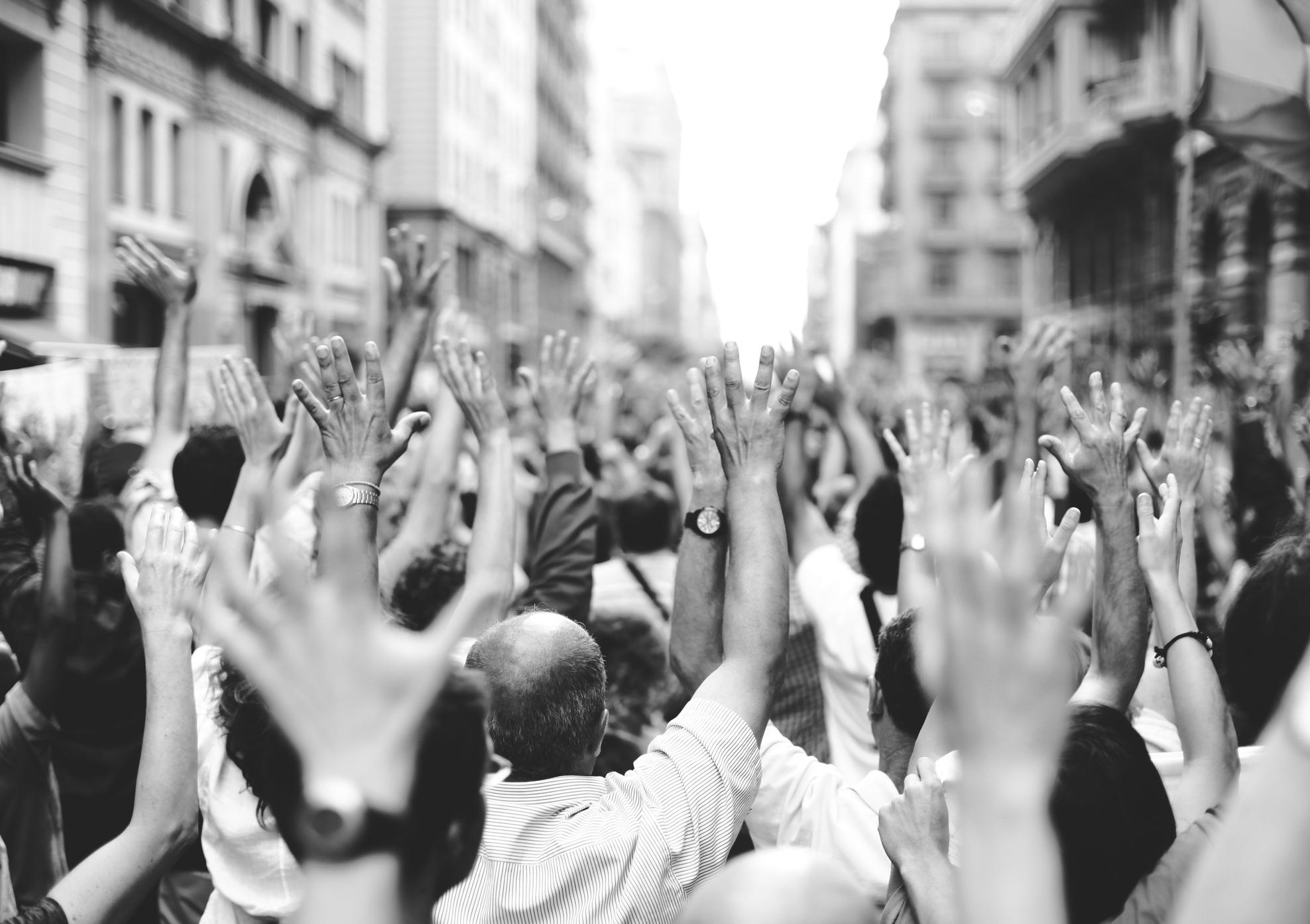 persone in piazza