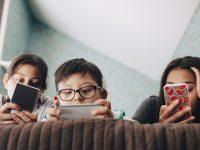 bambini con telefoni