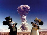 Topolino e Minnie con un'esplosione sullo sfondo