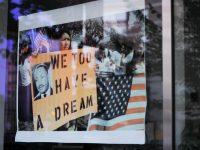 manifestazione a washington con foto martin luther king