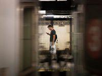 uomo in metropolitana con smartphone