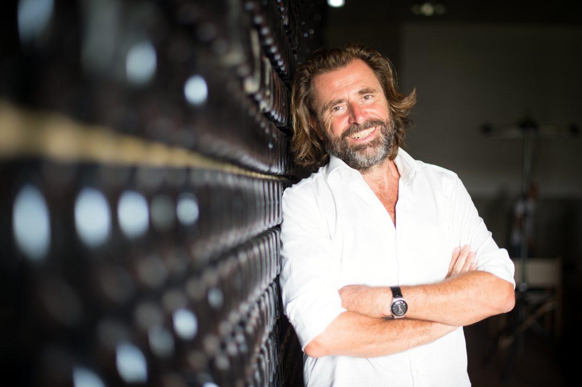Massimo Gianolli accanto alle bottiglie della sua cantina