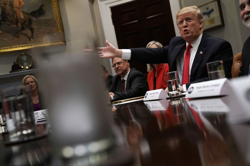 trump al tavolo della Casa Bianca