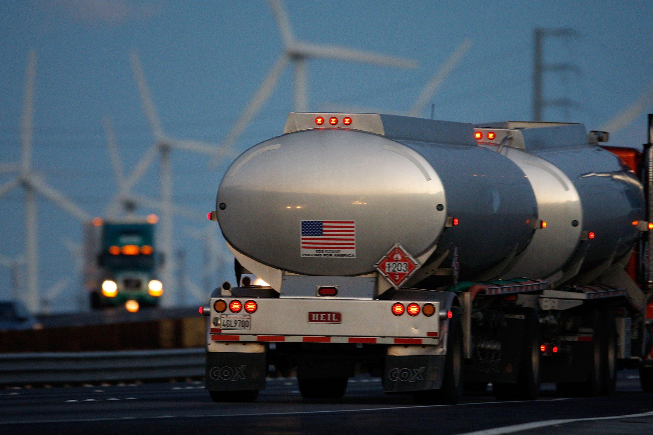 Camion di carburanti vicini a impianti eolici
