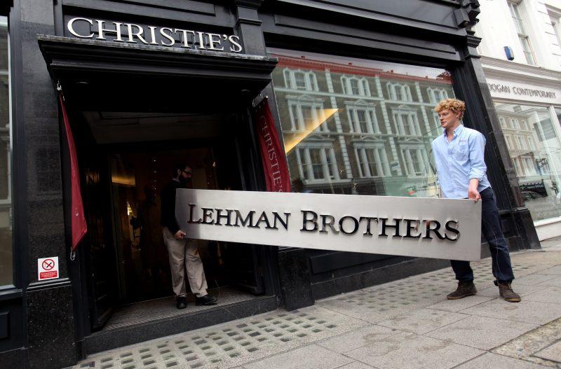 ragazzi portano insegna di lehman brothers all'asta da Christie's