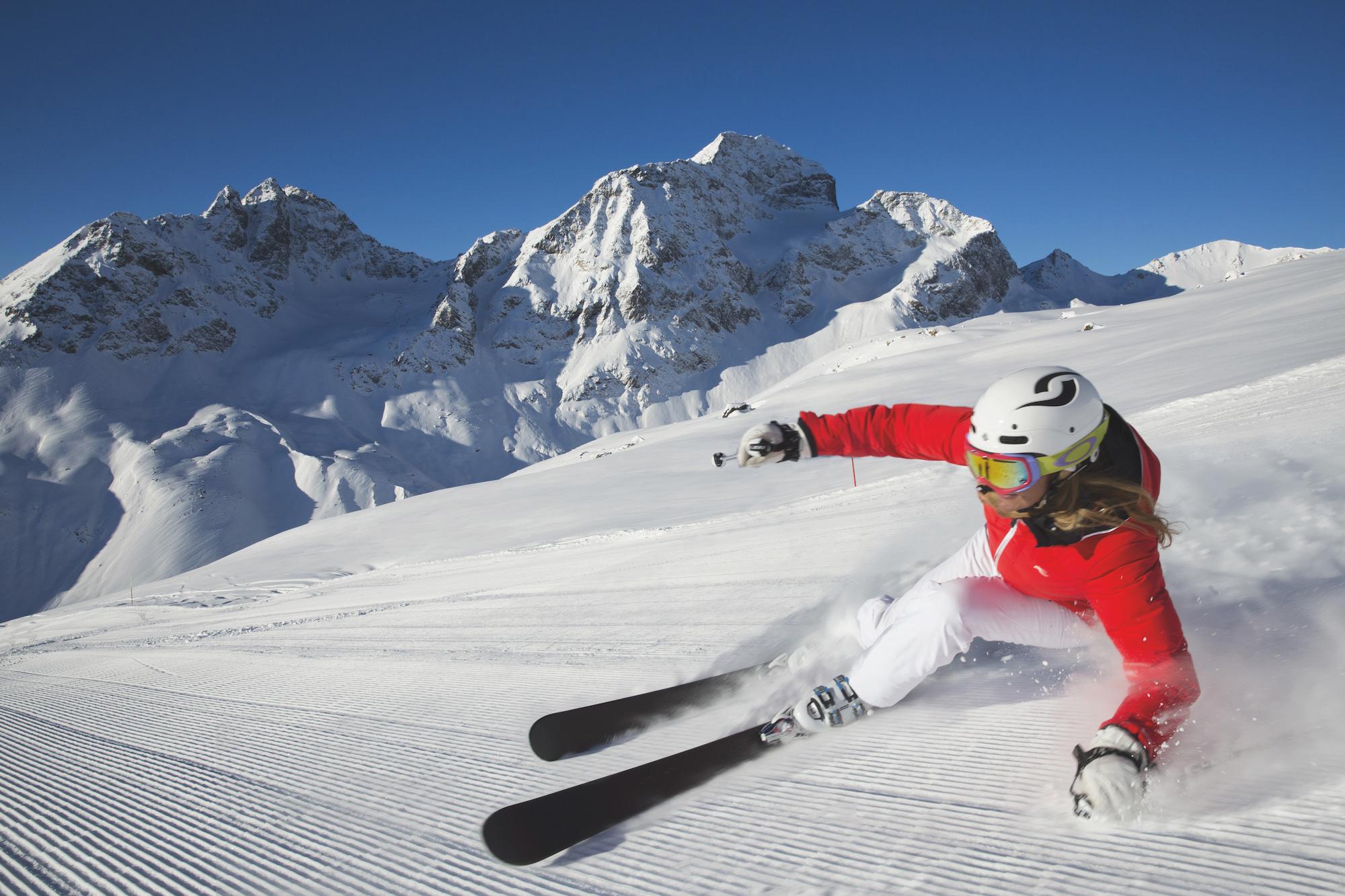 Una sciatrice durante la discesa