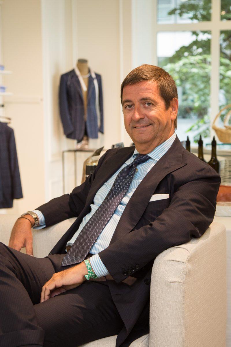 persona cravatta giacca