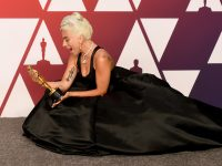 lady gaga con una statuetta in mano