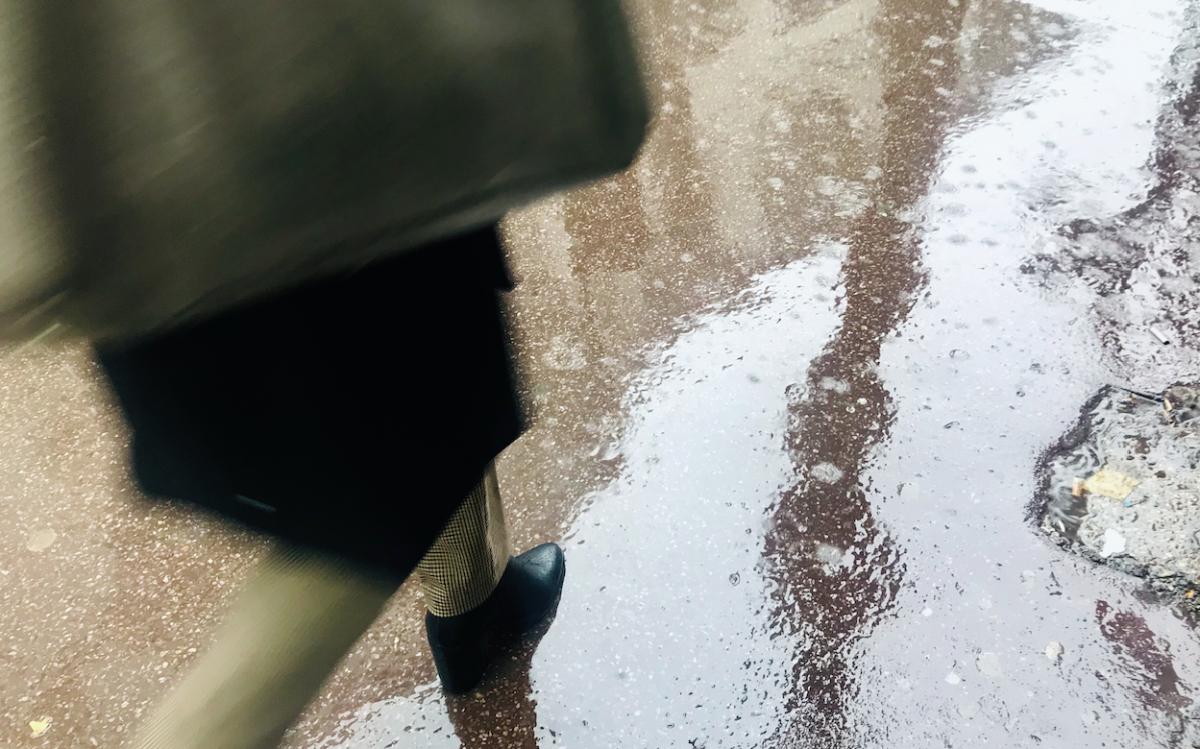 scarpe pavimento pioggia