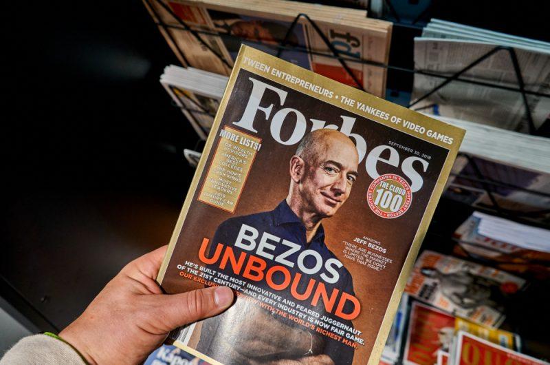 La copertina di Forbes con Jeff Bezos