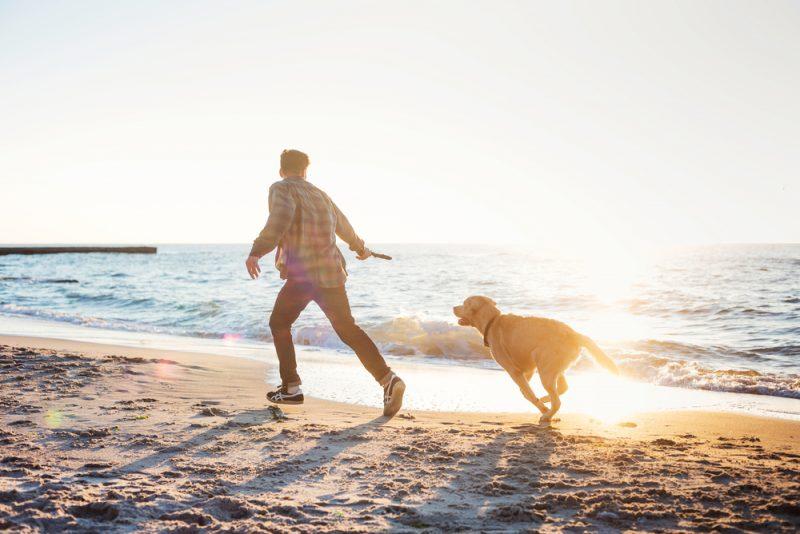 un uomo felice corre in riva al mare