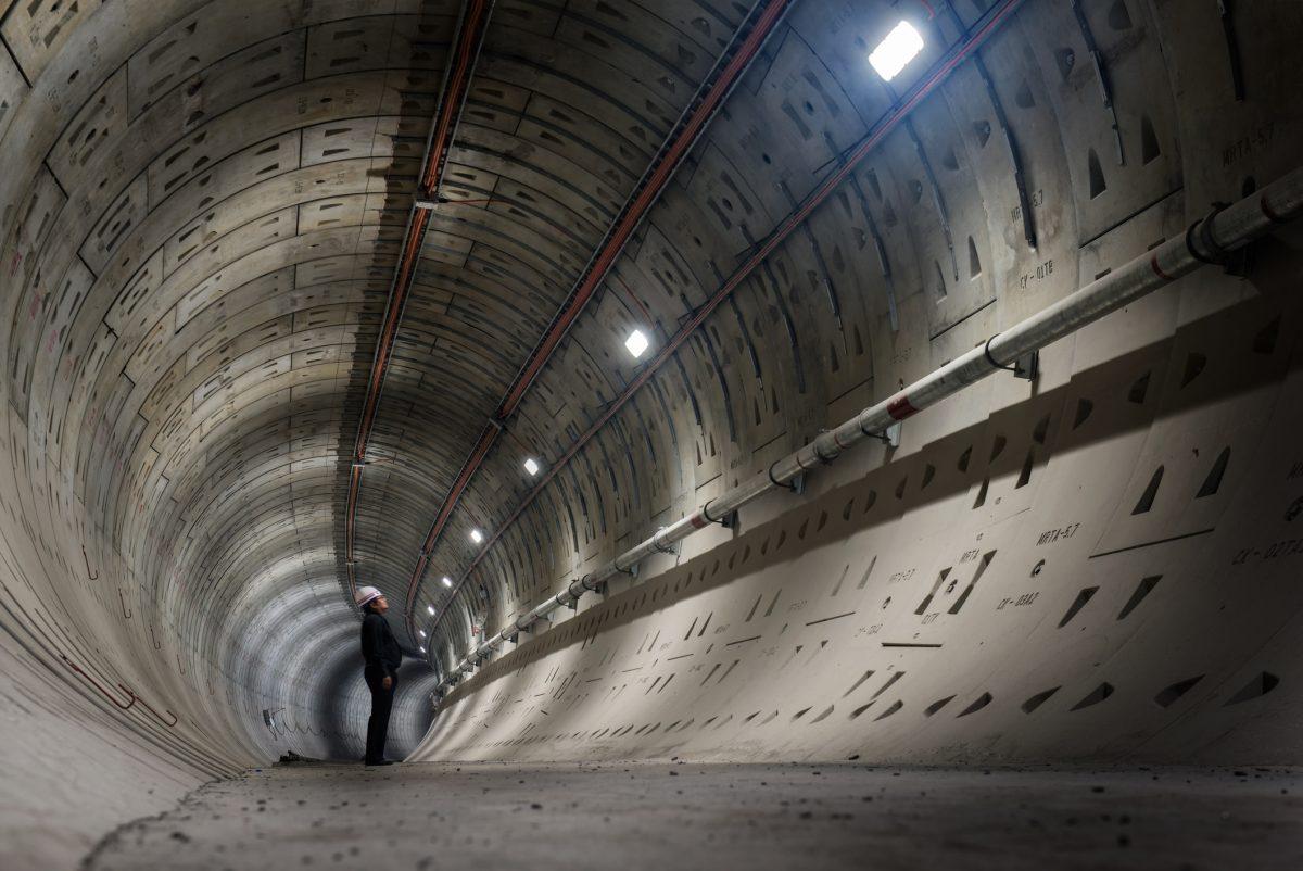 uomo al lavoro in un tunnel
