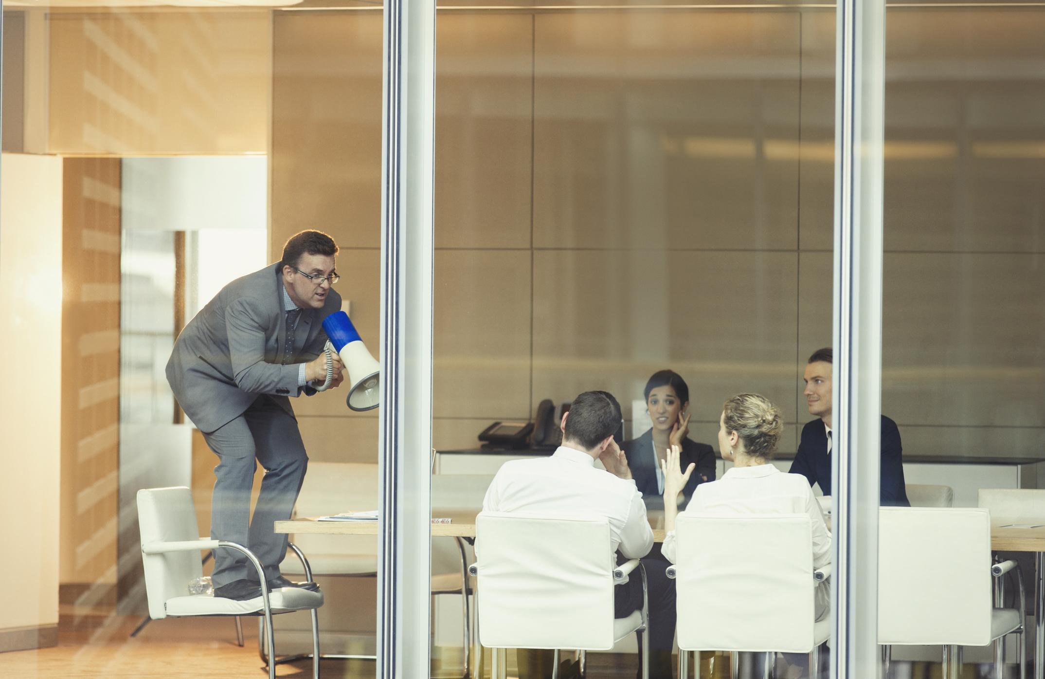 capo ufficio grida ai dipendenti