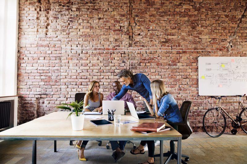 gruppo di persone lavora in ufficio