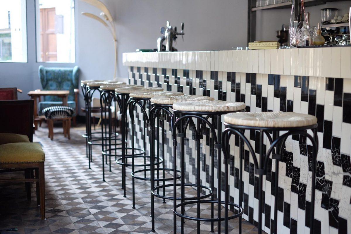 bianco e nero pavimento sedie