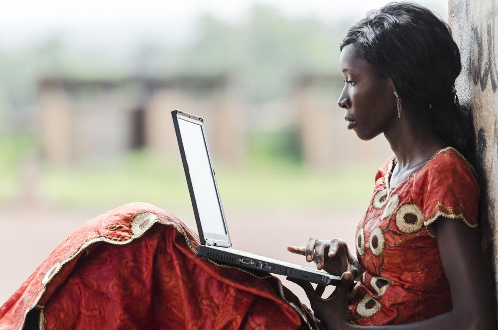 Donna africana usa internet