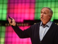Dalio parla sul palco del Web Summit