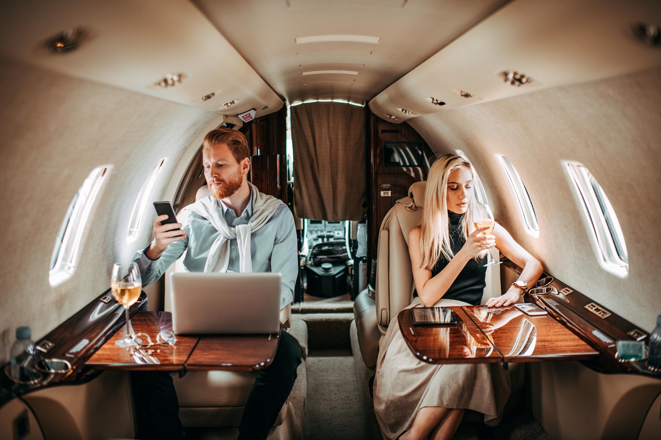 coppia in aereo privato