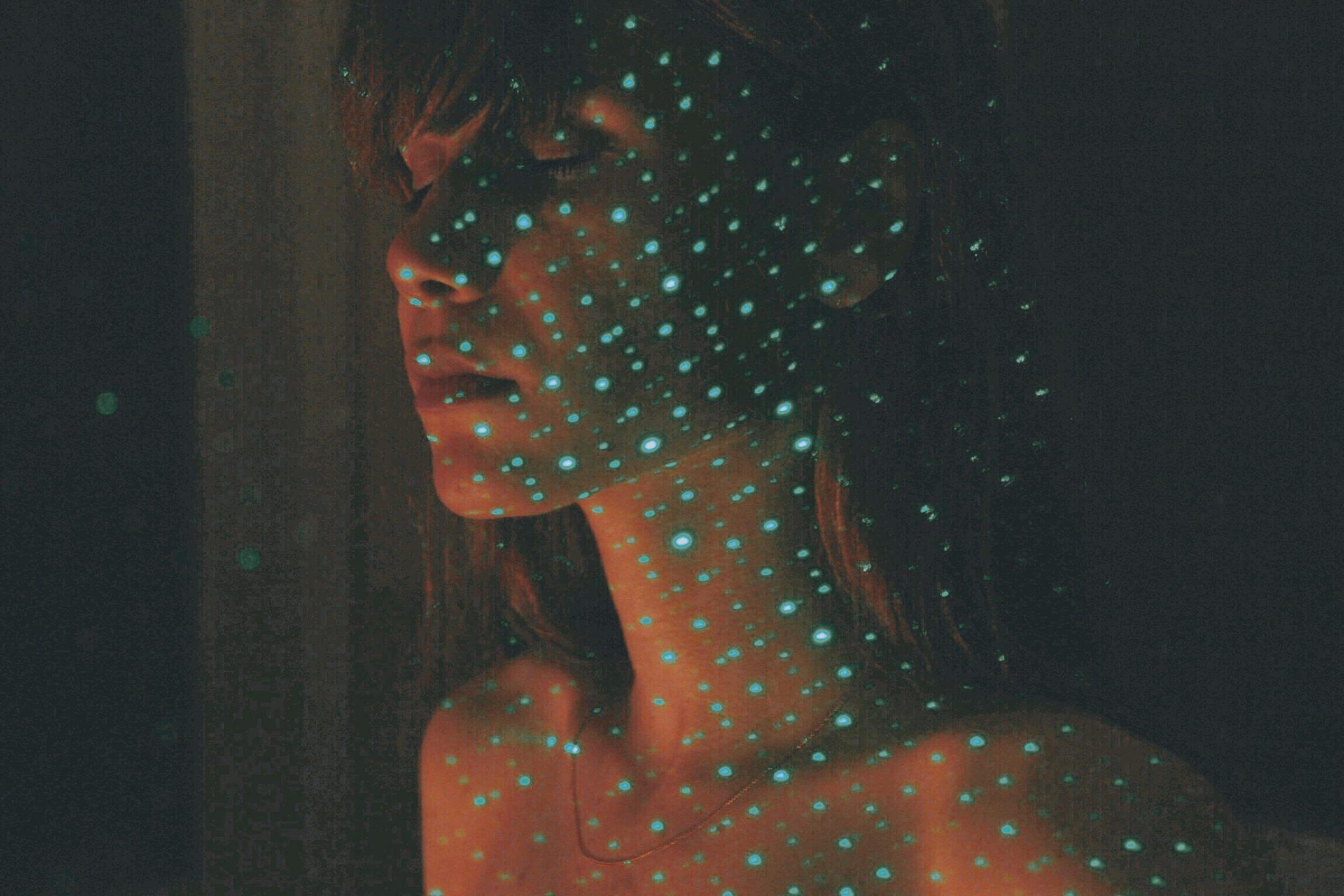 donna con fasci di laser