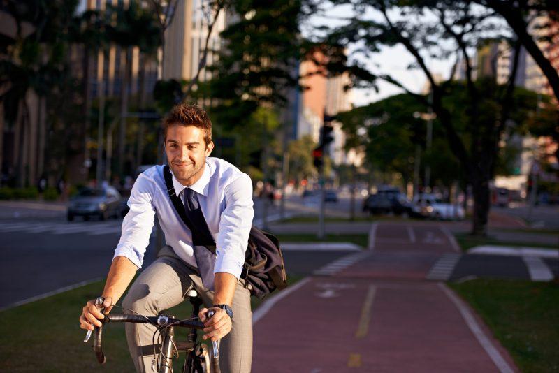impiegato sorridente in bicicletta