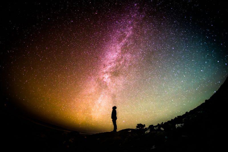 uomo guarda il cielo di notte