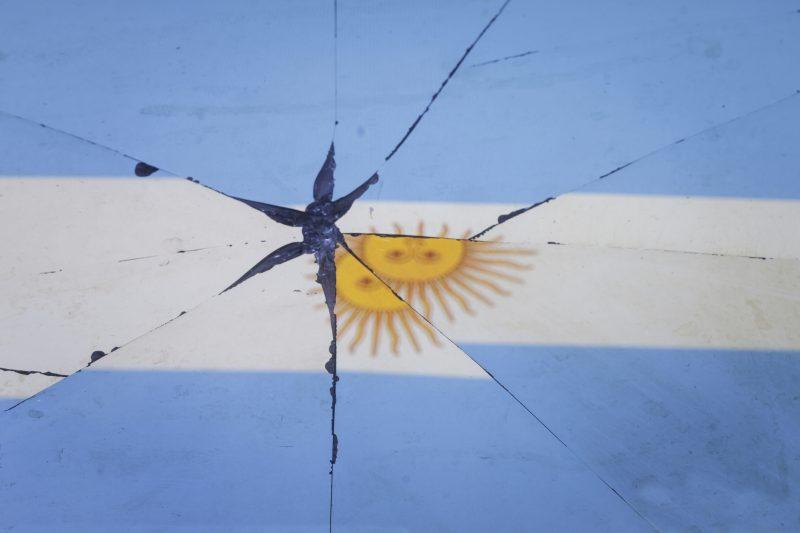 bandiera argentina riflessa in specchio rotto