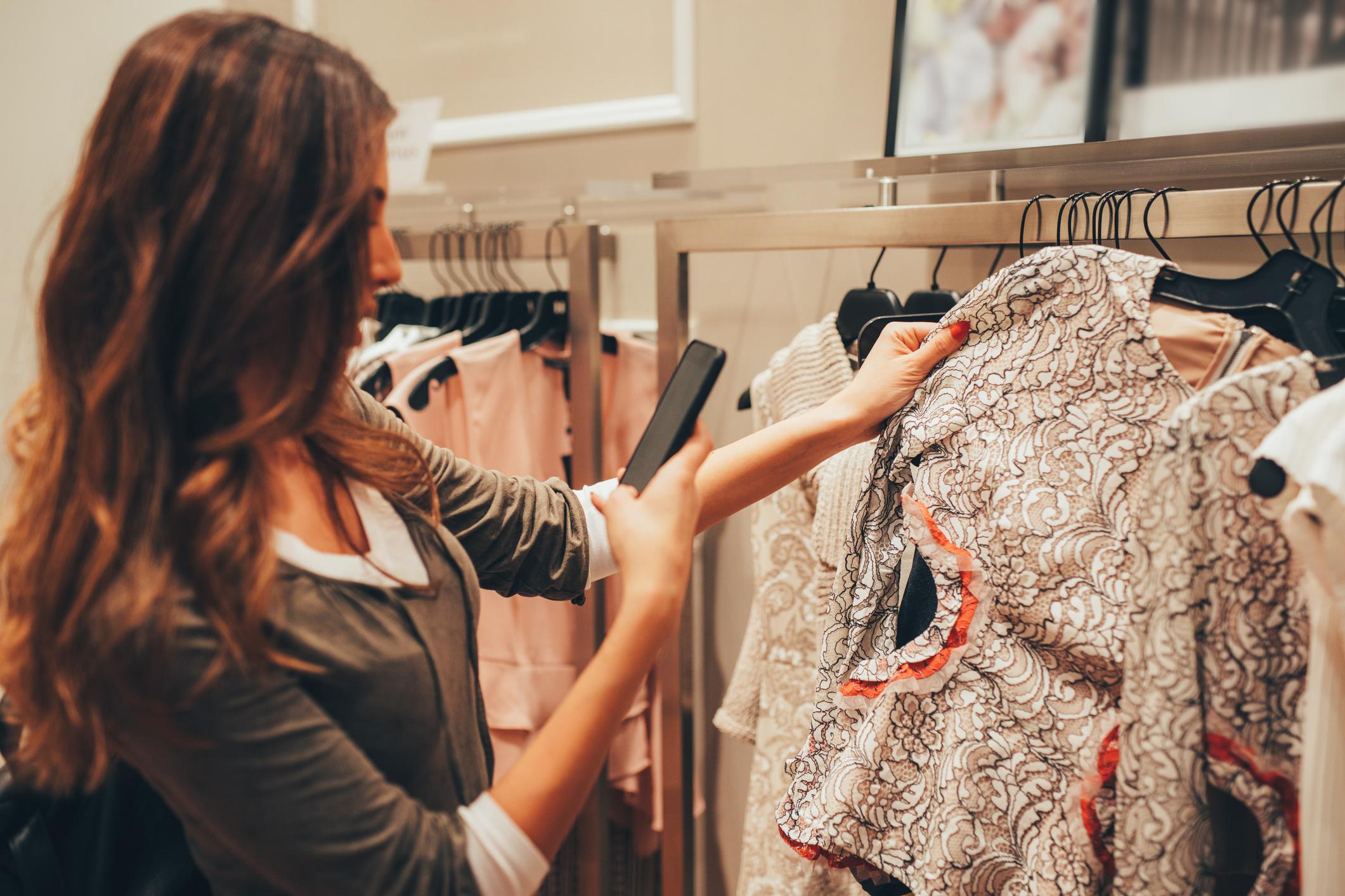 donna sceglie vestiti