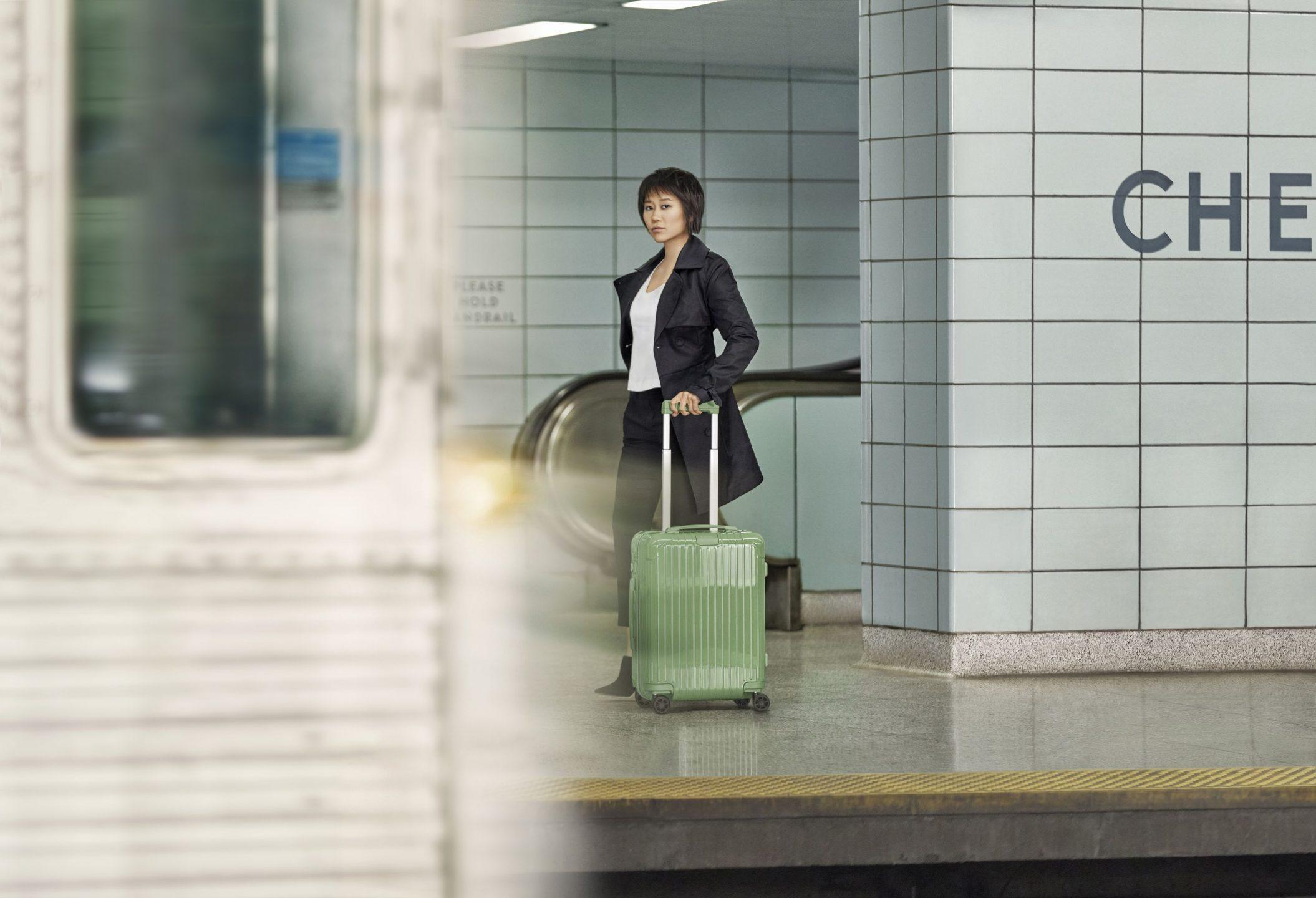 valigia persona strada