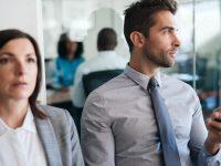 uomo e donna in ufficio