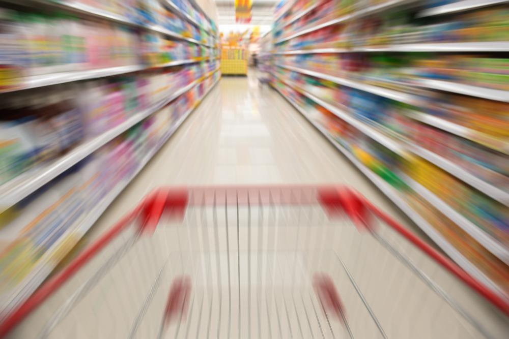carrello in corsia supermercato