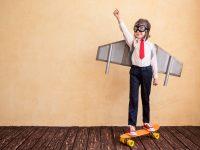 figlio con ali di cartone che punta al successo