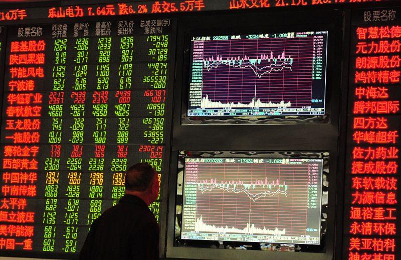 un risparmiatore cinese guarda le quotazioni di borsa