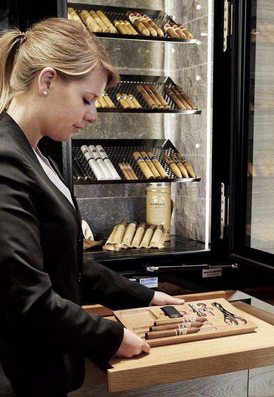 ragazza con i sigari