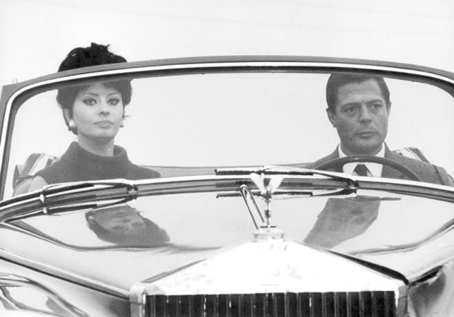 Sophia Loren e Marcello Mastroianni su Rolls Royce Silver Cloud