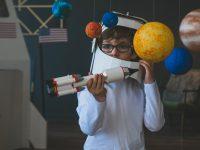 bambino con astronave in mano