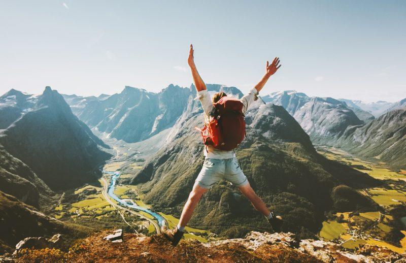 uomo salta in montagna