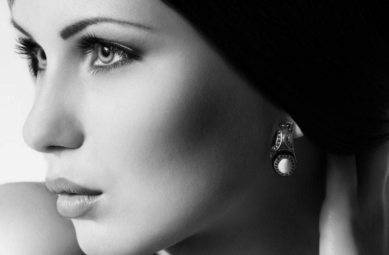 Donna con gioiello