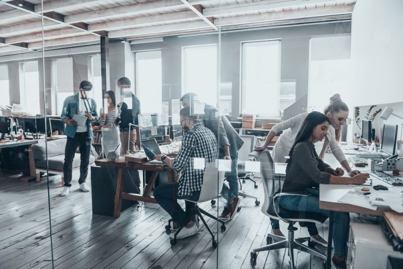 ragazzi al lavoro in un ufficio