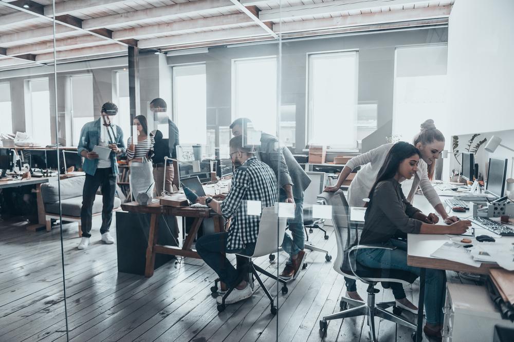 Workplace: ragazzi al lavoro in un ufficio