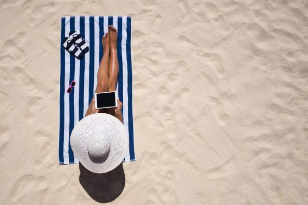 Le regole del buon gusto in spiaggia dall'Accademia Italiana del Galateo