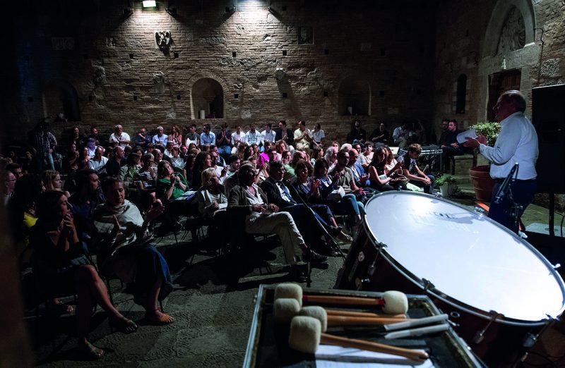 Nicola Sani mentre introduce un concerto di musica elettronica nel cortile di Palazzo Chigi