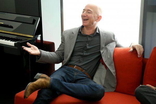 Jeff Bezos compra per 165 milioni la mega villa che fu di Mr Warner