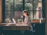 Lavorare da remoto: giovane in smart working