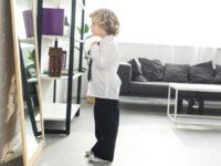 Bambino annoda la cravatta da solo