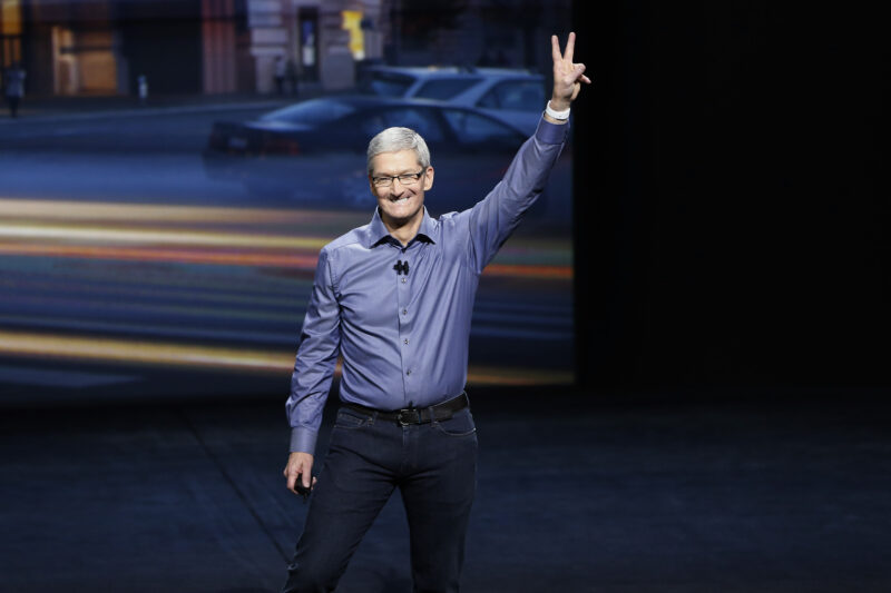 Tim Cook ceo Apple, le trimestrali delle big tech (Microsoft, Tesla, Facebook)