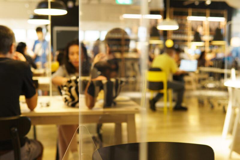 Ristorazione: tavoli divisi da plexiglass per evitare il contagio di Covid 19